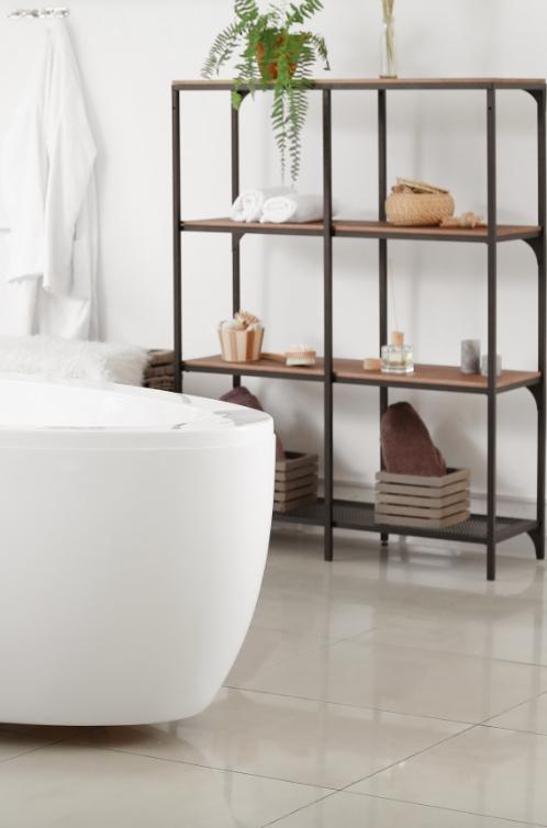 Une moitié de baignoire avec une étagère